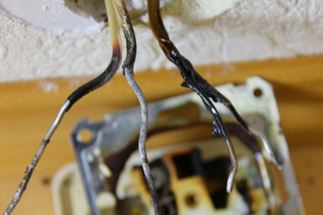 Оплавление изоляции, обрывы на алюминиевых проводах в местах скруток или клеммных соединений – очень распространенное явление