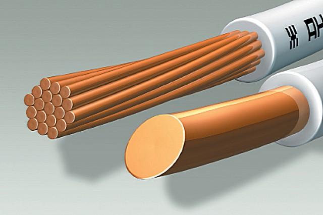 Многопроволочный и однопроволочный провода равного сечения. Первый удобнее в укладке за счет гибкости, второй надежнее и безопаснее в эксплуатации. Для скрытой проводки выбор делается в пользу надежности и долговечности.