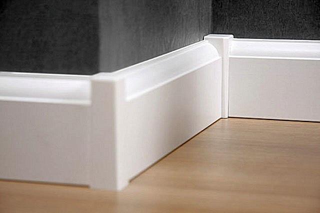 В некоторых случаях стыковочные детали в виде столбиков могут придать обрамлению подчёркнутую декоративность.