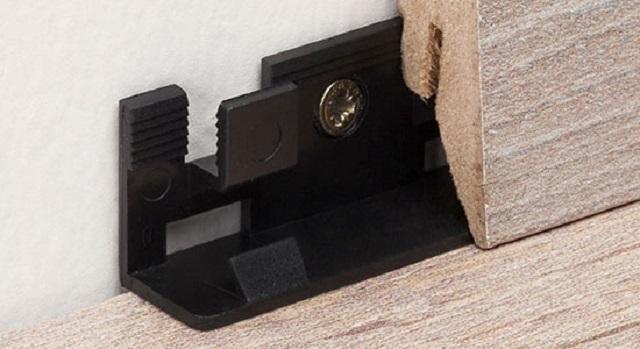 Широкийклипспозволяет проводить точную стыковку двух плинтусных планок на прямом участке стены.