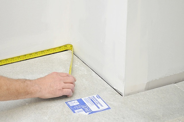 Расчет необходимого количества плинтусов основывается на тщательных промерах комнаты по периметру