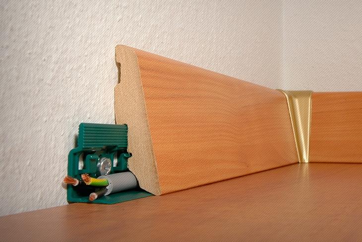 Плинтус, закрепленный на клипсы, со скрытым внутри кабель-каналом