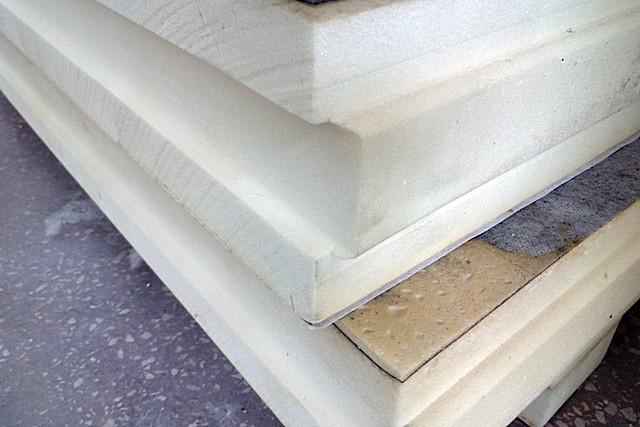 Мелкоячеистая пористая структура PIR плит, характерного белого или светло-бежевого цвета