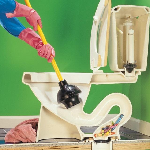 Вантуз чаще всего легко справляется с пробивкой засорившейся трубы, если пробка не застарелая.