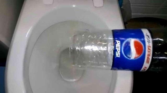 Прочистка канализации с помощью обычной пластиковой бутылки.