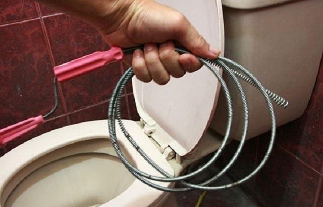 Одно из самых эффективных решений механической чистки засоров унитаза – сантехнический трос.