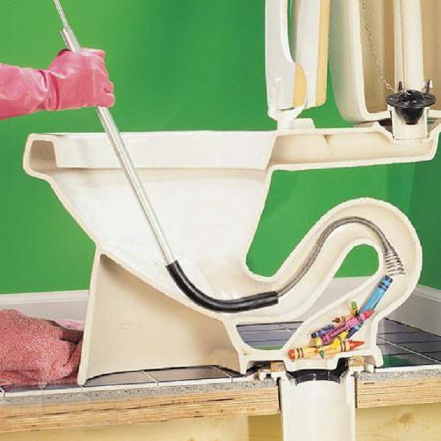 С помощью троса со спиральной насадкой на конце можно попытаться вытащить и инородные предметы, которые, например побросала в унитаз детвора