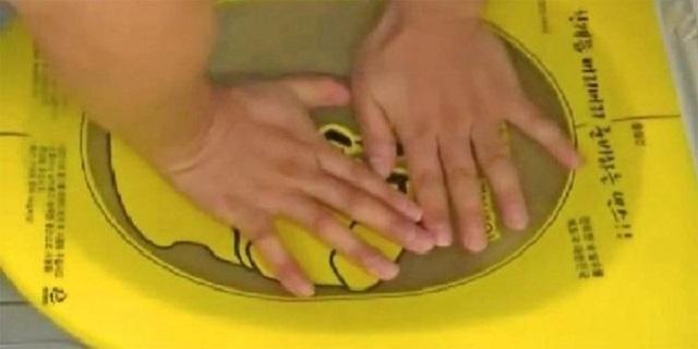 Прочистка засора унитаза с помощью специальной пленки-вантуза. Процесс происходит без неприятного разбрызгивания воды по сторонам