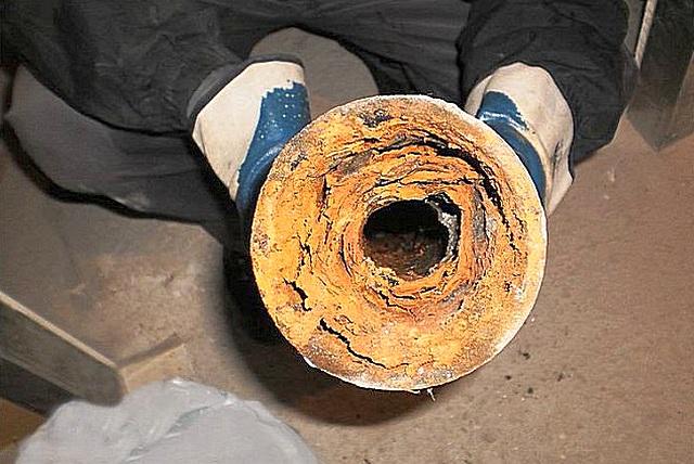 Стоит ли удивляться тому, что унитаз нормально не очищается водой, если в канализационной трубе из-за отложений – вот такой узкий просвет.