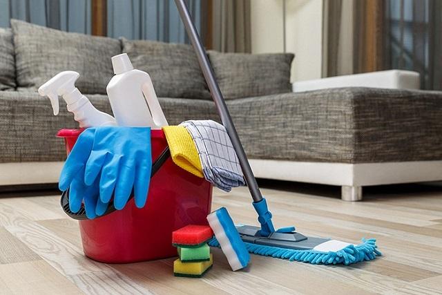 Набор инструментов и специальных средств для ухода за напольным покрытием. Не забываем о необходимых мерах предосторожности!