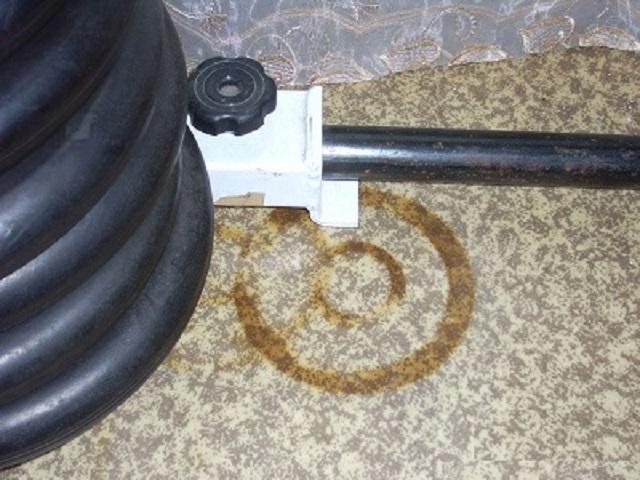 Долго стоящие неподвижно на одном месте стальные предметы способны оставить на линолеуме трудновыводимые пятна ржавчины