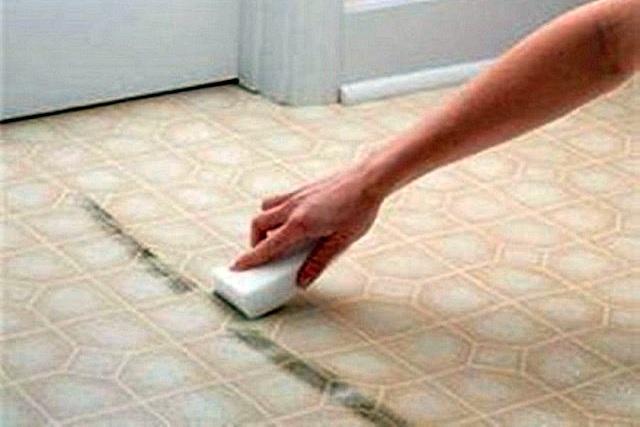 Следы от резиновых подошв, сапожного крема или гудрона, случайно занесённого на обуви с улицы, должны «отойти» при обработке чистым бензином.