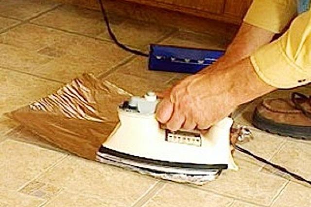 Удалить восковое пятно с линолеума можно «горячим способом» — с помощью утюга и салфетки.