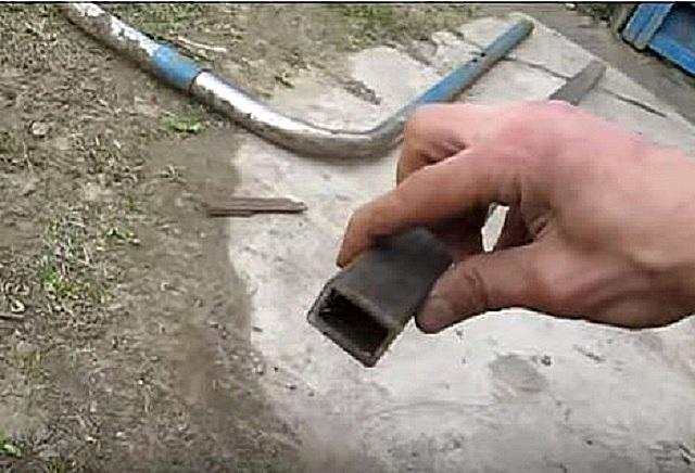 Прямоугольна форма перекладины, к которой будут привариваться конусы, наиболее удобна для приложения усилия ногой в ходе работы