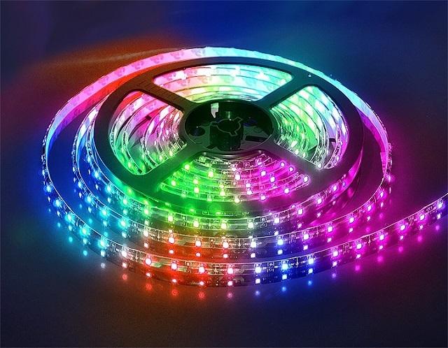 Многоцветные светодиодные ленточные светильники RGB.