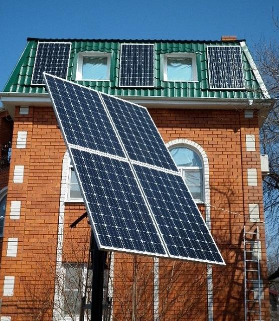 Солнечные батареи на поворотном механизме, постоянно поддерживающим поверхность в фокусе солнечного света