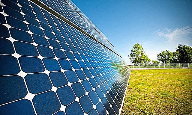 Солнечная батарея – это множество правильно соединенных между собой фотоэлементов. Каждый из них обладает невысокими генерирующими способностями, но в совокупности получаются весьма приличные показатели выработанной мощности.