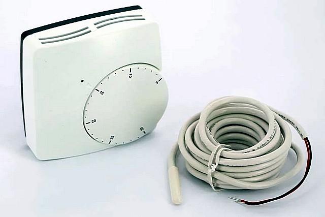 Терморегулятор в комплекте с выносным термодатчиком – для отслеживания температуры нагрева пола