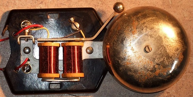 Одна из простейших конструкций резонатора электромеханического звонка. Подобные модели, выпущенные десятки лет назад, все еще продолжают верно служить хозяевам.