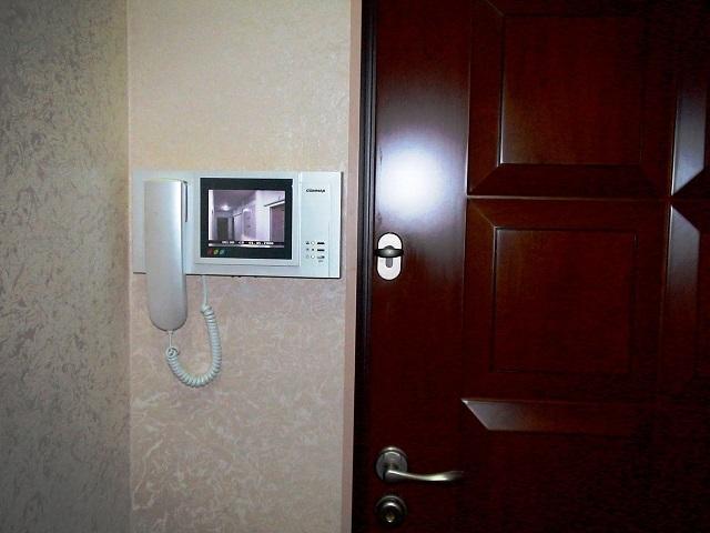 Видеозвонок, установленный в прихожей квартиры многоэтажного дома.