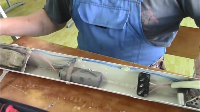 Демонтированная электрическая часть светильника на рабочем столе
