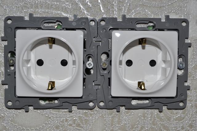 Механизмы двух розеток, смонтированных в двух монтажных коробках с межцентровым расстоянием в 71 мм