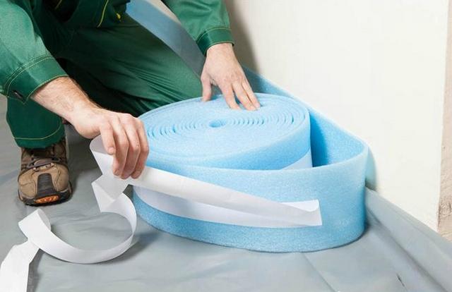 Обязательное условие качественной заливки – предварительная установка по периметру эластичной демпферной ленты