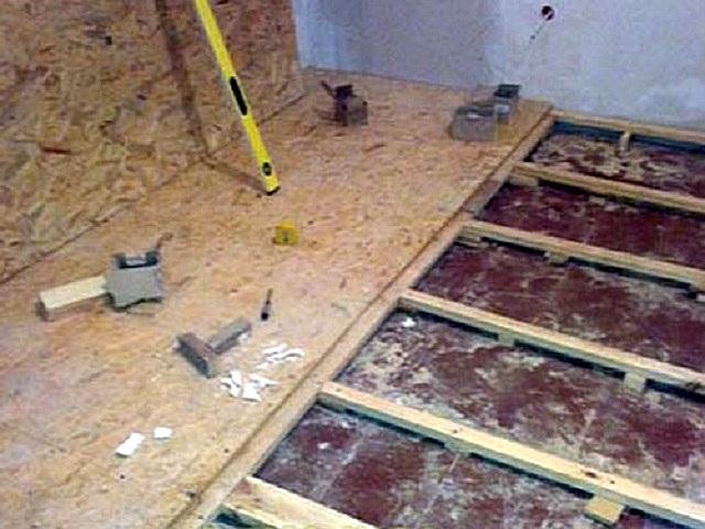 Неровный деревянный пол можно облагородить покрытием, настилаемым на заново установленные прямо на него лаги