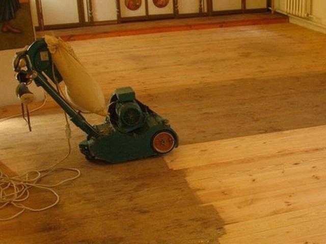 Циклевка старого деревянного пола.