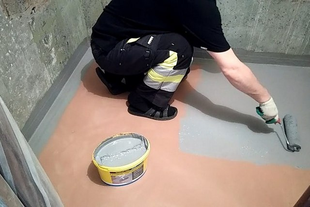 В условиях небольшого помещения более рентабельным, да и несложным в самостоятельном проведении видится нанесение жидкой резины валиком или кистью.