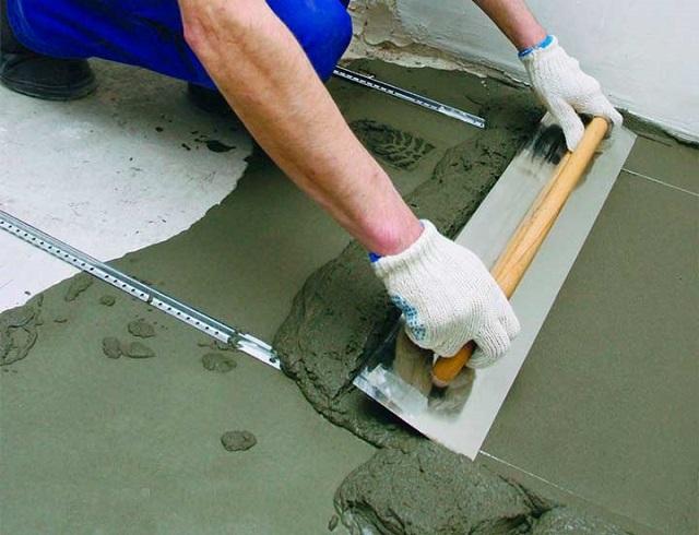 Выравнивание бетонно-силикатного раствора по маякам