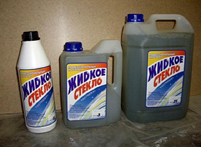 Жидкое стекло выпускают очень многие производители. Выделить кого-то сложно, но совсем «безродный» товар приобретать все же не следует.