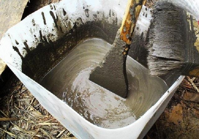 Добавление в бетонный раствор жидкого стекла придает конструкции гидроизоляционные качества. Кроме того, такая присадка значительно ускоряет процесс застывания бетона.