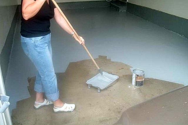 Окрашивание пола гаража с помощью валика.