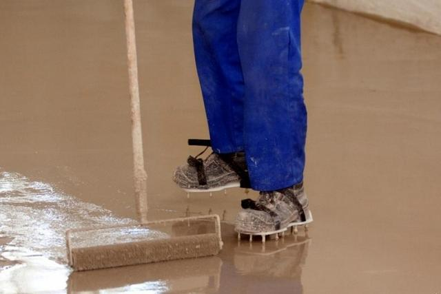 Краскоступы, надетые на обувь, позволят свободно перемещаться по окрашенной поверхности пола