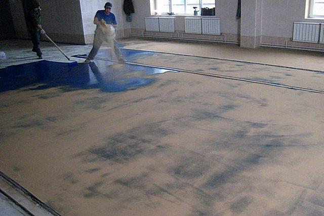 После нанесения первого толстого слоя краски полы сразу же засыпаются чистым просеянным кварцевым песком