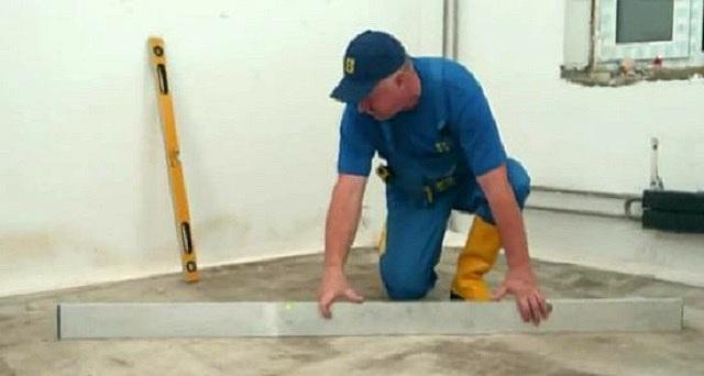 На растрескавшееся основание ламинат укладывать нельзя. Придётся провести комплекс ремонтных работ.