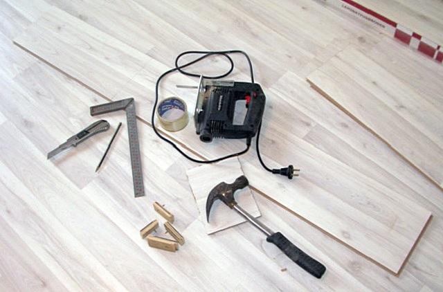 Никаких сложных инструментов для укладки ламината не потребуется