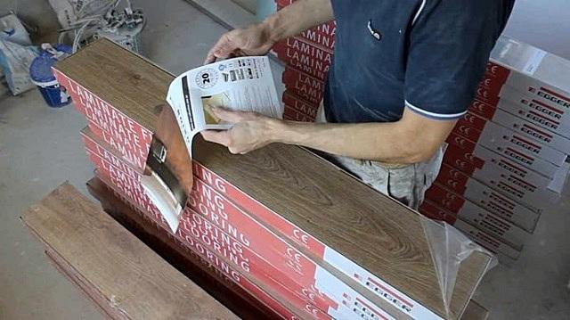 Доставленный к месту укладки ламинат должен вылежаться во вскрытой упаковке - для адаптации к будущим условиям эксплуатации