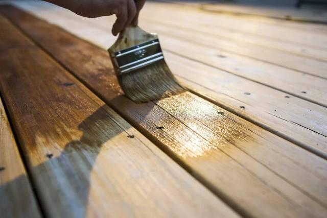 Чтобы древесина прослужила долго, не подвергаясь биологическому разложению или поражению, ее следует обработать специальной антисептической пропиткой. Часто такая обработка повышает и стойкость дерева к возгоранию.
