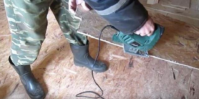 Подрезка плиты OSB при ее подгонке к линии стены.