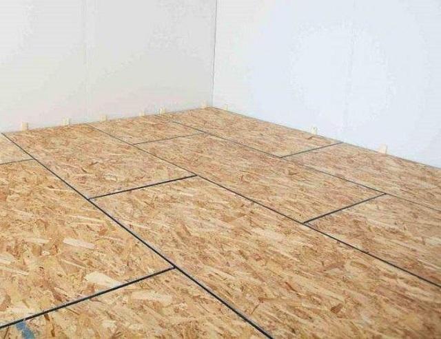 Между плитами в обязательном порядке оставляются деформационные зазоры. Их впоследствии можно будет заполнить монтажной пеной