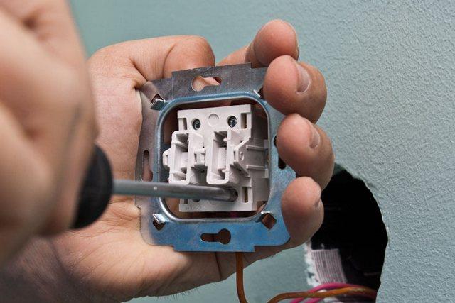 Чаще всего в выключателях применяются винтовые клеммы – затяжка контакта осуществляется с помощью отвёртки.