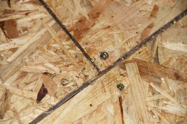 Шляпки саморезов необходимо утопить в древесину на 1÷2 мм. Швы между уложенными листами зашпаклёвываются.