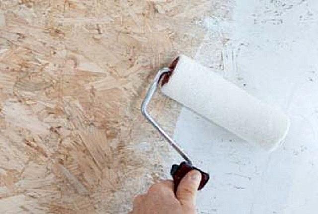 При окрашивании больших площадей удобнее всего пользоваться малярным валиком