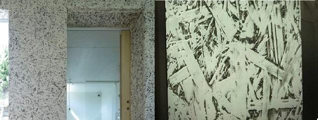 Некоторые пытаются добиться такого или подобного эффекта на стенах использованием декоративных штукатурок. Но, оказывается, вполне достаточно поверхности из OSB-листов, краски и немного старания.