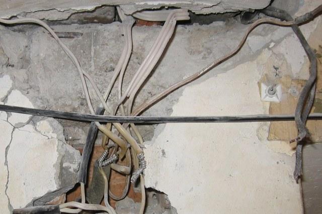 Старая, обветшавшая за десятилетия эксплуатация проводка может создавать пути утечки тока просто через строительные конструкции.