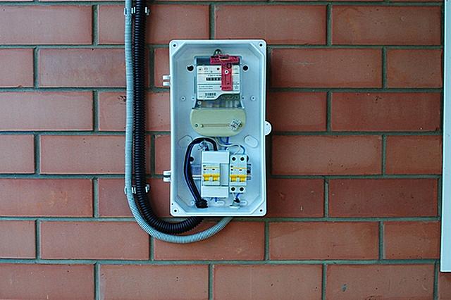 Если вводной щит расположен на улице, то, возможно, стоит ограничиться только установкой в нем автоматических выключателей. А дифференциальную защиту поставить в распределительном щите, который разместится в сухом отапливаемом помещении дома.