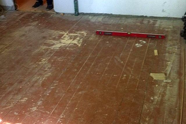 Перед проведением любых ремонтных работ, связанных с обновлением полов, необходимо полностью освободить комнату.