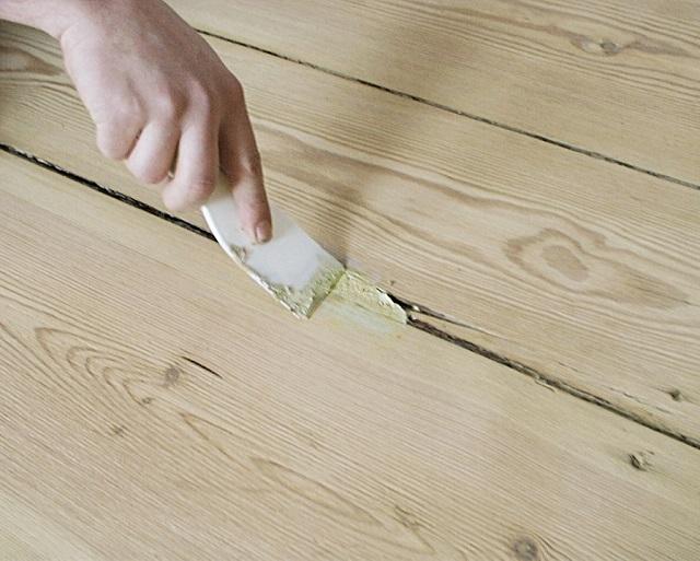 Ремонт щелей с помощью шпаклевочной пасты.